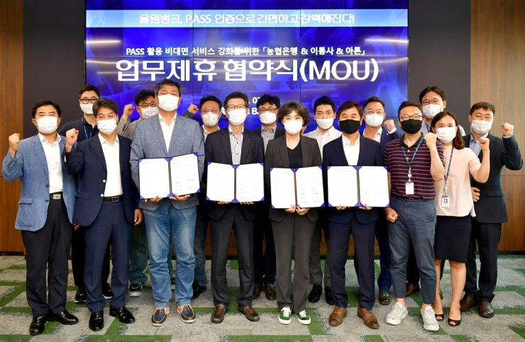 NongHyup Bank Chief Digital Officer Lee Sang-rae, fourth from left, holds a signed MOU with company officials as well as fintech company ATON CEO Kim Jong-seo, sixth from left, at the NH Digital Innovation Campus located in southern Seoul, last Thursday. The two companies, together with major mobile carriers LG U+ and SK Telecom, vowed to cooperate to provide better mobile banking services to customers. / Courtesy of NongHyup Bank