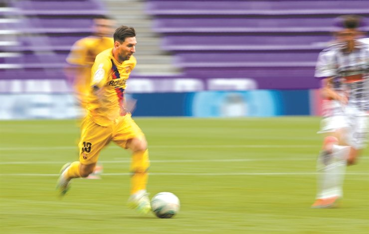 Barcelona's Lionel Messi, left, controls the ball during the Spanish La Liga football match between Valladolid and FC Barcelona at the Jose Zorrilla stadium in Valladolid, Spain, Saturday. / AP-Yonhap