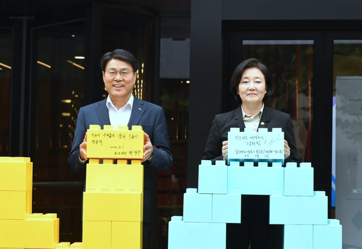 POSCO Chairman Choi Jeong-woo, left, poses with Minister of SMEs and Startups Park Young-sun during the opening ceremony of a startup-incubating center in Gangnam-gu, Seoul, Wednesday. The center was jointly set up by POSCO and the ministry. Courtesy of POSCO