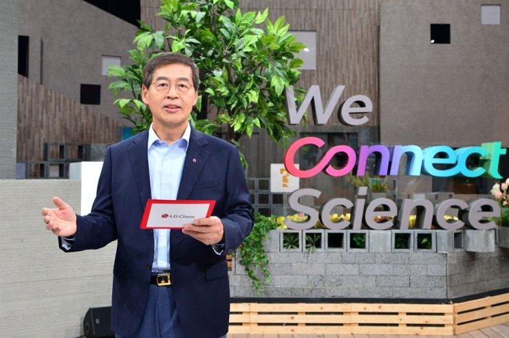 LG Chem CEO Shin Hak-cheol announces the company's new corporate vision during an online ceremony, May 7. The company announced Monday it will pursue growth while reducing carbon emissions. / Courtesy of LG Chem