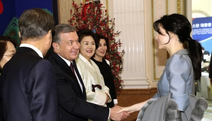 Korean actress Lee Young-ae shakes hands with Uzbek President Shavkat Mirziyoyev during a state banquet hosted by President Moon Jae-in at Cheong Wa Dae in November 2017. Uzbek First Lady Ziroatkhon Hoshimova, fourth from left, sent a letter recently to thank Lee for her role in 'Saimdang, Memoir of Colors,' a big-budget K-drama she starred in in 2017, now being broadcast for free in Uzbekistan. Yonhap