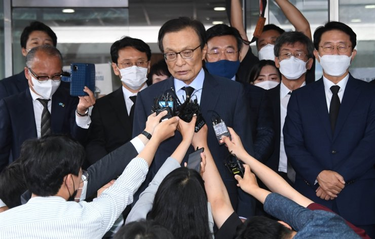 Democratic Party of Korea (DPK) Chairman Lee Hae-chan speaks with reporters after visiting the memorial altar for the late Seoul Mayor Park Won-soon at a hospital in Seoul, Friday. Korea Times photo by Koh Young-kwon