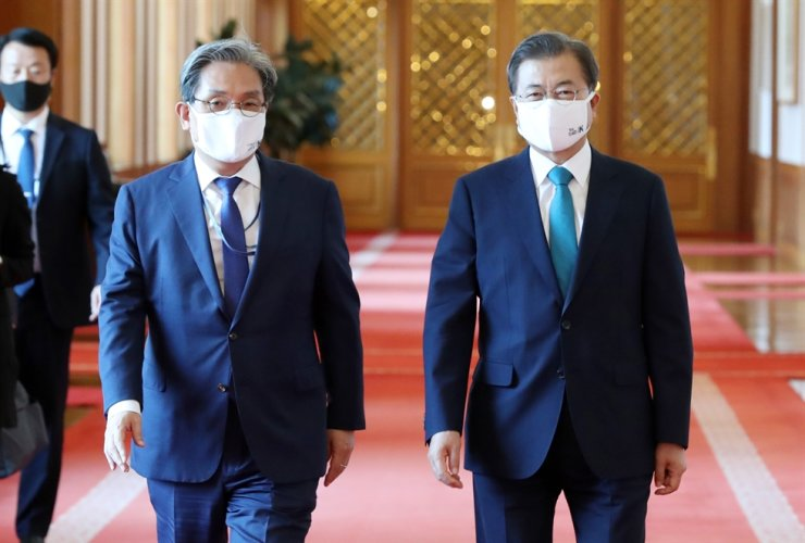 Chief of staff Noh Young-min walks with President Moon Jae-in at Cheong Wa Dae, Friday. Noh has been under fire for trying to sell a cheaper home in a provincial area and keeping an expensive one in southern Seoul, while the government is fighting soaring housing prices and speculation. Yonhap