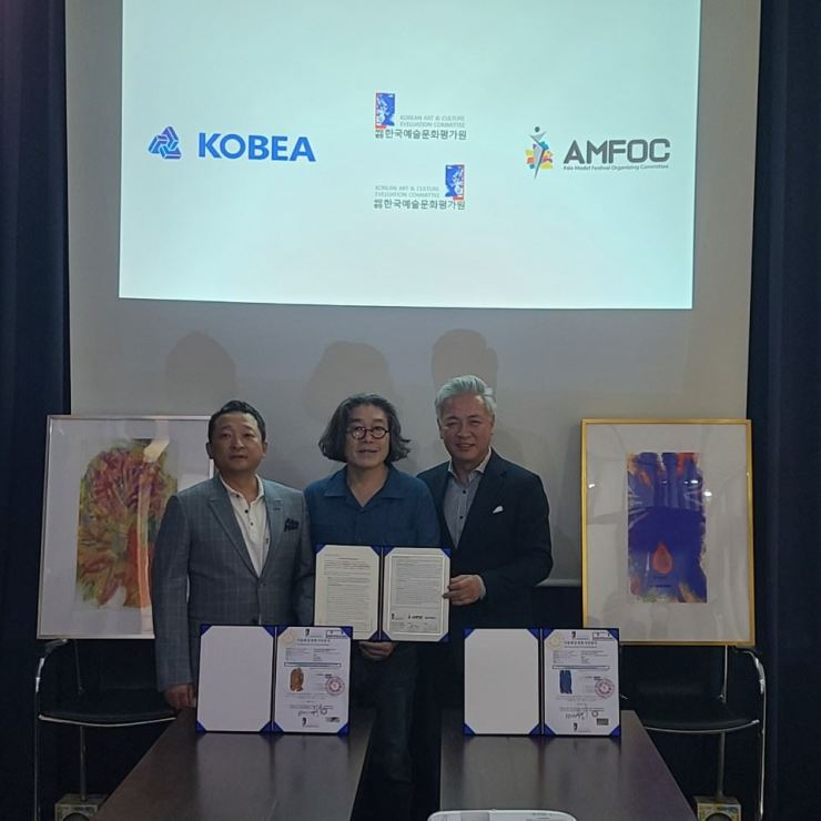 From left, Kobea Group President Lee Chang-Yong, Korean Institute of Culture and Arts Ability Evaluation (KCAEI) Chairman Bae Han-Sung (Franky Bae) and AMFOC President Yang Eui-Sig. Courtesy of AMFOC