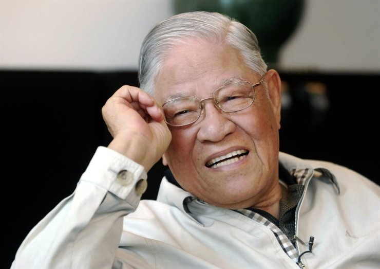 Taiwan's former President Lee Teng-hui speaks during an exclusive interview with the Associated Press at his home in Taipei, Taiwan in this May 28, 2008, file photo. / AP-Yonhap