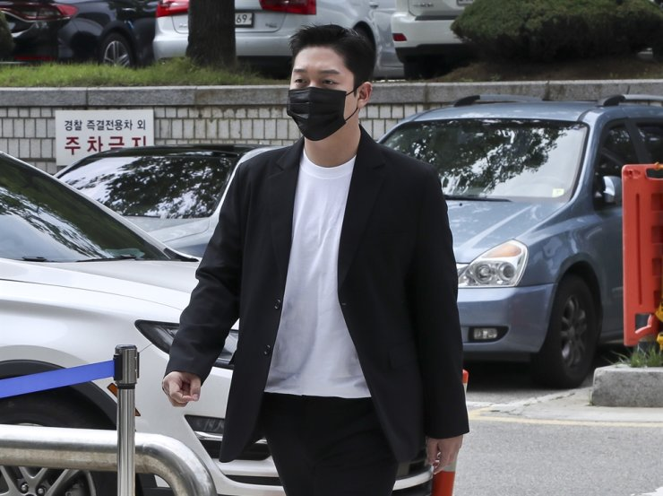 Choi Jong-bum, a former boyfriend of late K-pop singer Goo Ha-ra, enters the Seoul Central District Court in southern Seoul, Thursday. Yonhap