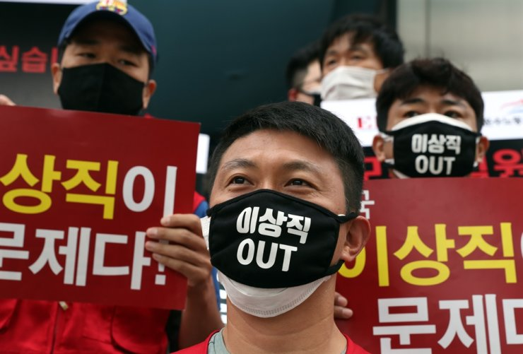 Members of the pilot union of Eastar Jet stage a protest in front of the budget carrier's head office in Seoul, June 26, calling on Rep. Lee Sang-jik of the ruling Democratic Party of Korea, who is the firm's founder, to take responsibility for financial difficulties facing the company and unpaid wages for its workers. / Yonhap