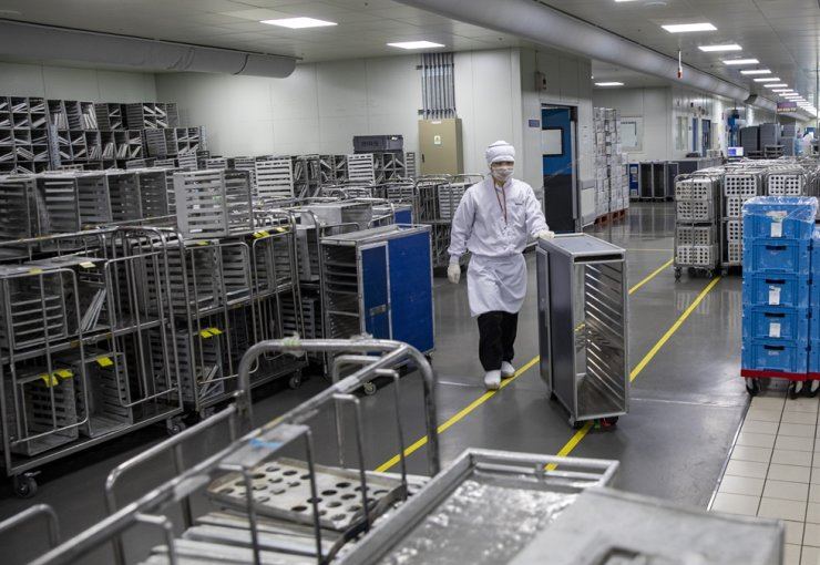 A worker moves an empty meal cart at an in-flight meal production facility operated by Korean Air in Incheon, April 2. / Korea Times photo by Shim Hyun-chul