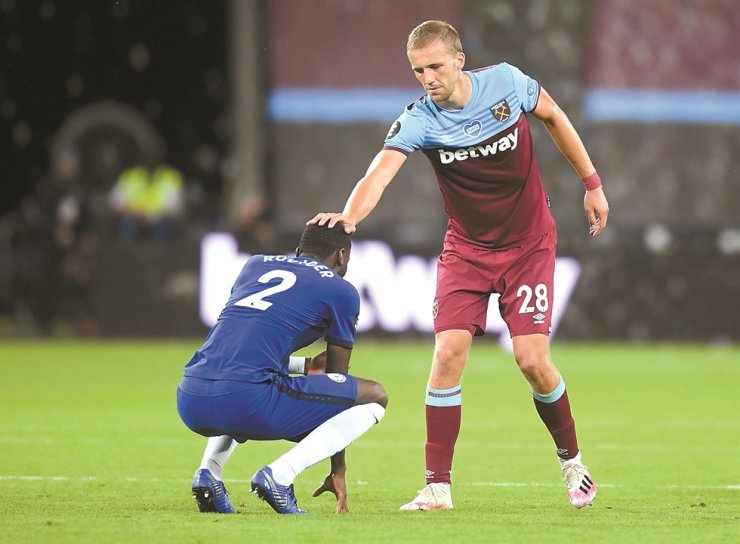 West Ham United's Czech midfielder Tomas Soucek, right, consoles Chelsea's German defender Antonio Rudiger after the English Premier League football match between West Ham United and Chelsea at The London Stadium, in east London, Wednesday. / AFP-Yonhap