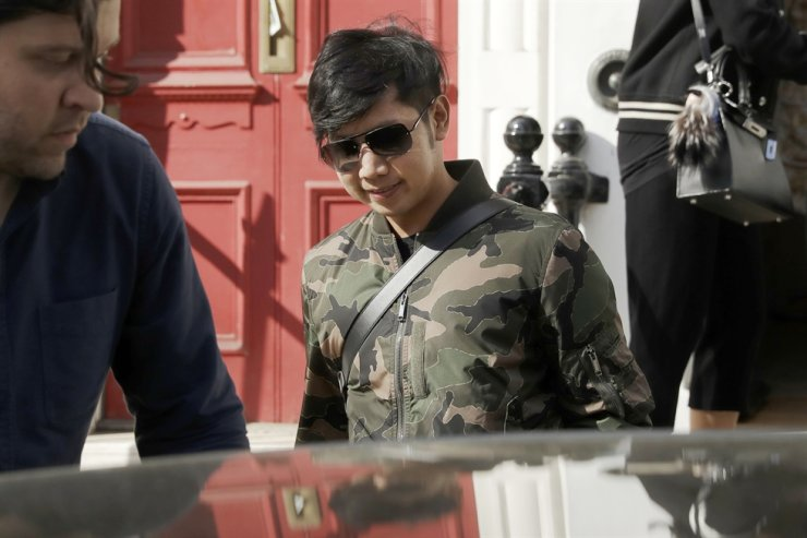 Vorayuth 'Boss' Yoovidhya, whose grandfather co-founded energy drink company Red Bull, walks to get in a car as he leaves a house in London in this 2017 file photo. / AP-Yonhap