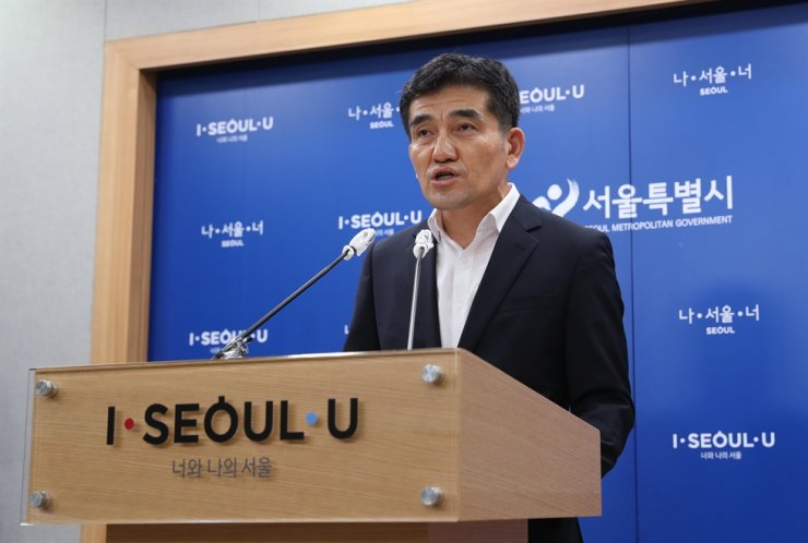 Seoul city government's spokesman Hwang In-sik speaks during a press conference in the city government building, Wednesday./ Yonhap