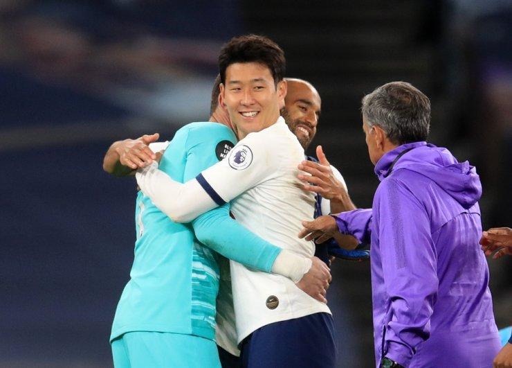 Tottenham Hotspur's Hugo Lloris, left, celebrates with Son Heung-min, center with #7, and Lucas Moura after the Premier League match between Tottenham and Everton at the Tottenham Hotspur Stadium in London, Monday. / Reuters-Yonhap