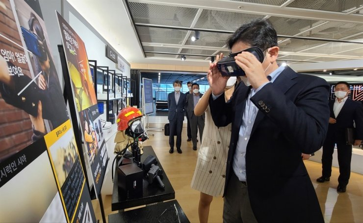 Samsung Electronics Vice Chairman Lee Jae-yong tries out a VR device for the visually impaired during his visit to the company's startup incubation center in Suwon, Gyeonggi Province, Monday. The VR device is produced by Samsung's in-house startup company Relumino. / Courtesy of Samsung Electronics