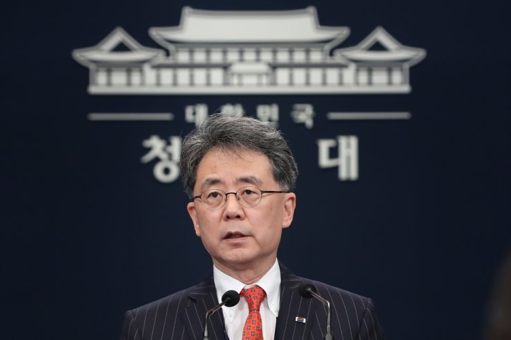 Kim Hyun-chong, deputy national security adviser, gives a briefing on revised missile guidelines at Cheong Wa Dae, Tuesday. / Yonhap