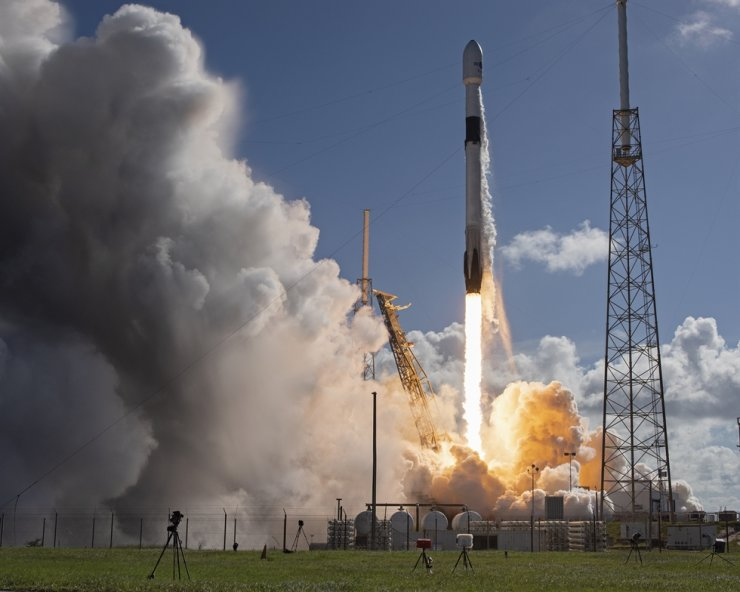 Anasis 2, a communications satellite for Korea, is launched atop a SpaceX Falcon 9 rocket in Florida, July 20. / UPI-Yonhap
