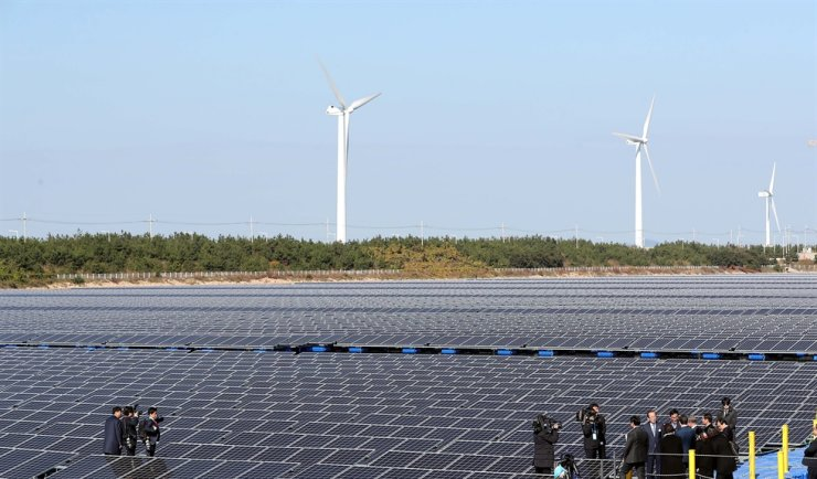 South Korean President Moon Jae-in visits a floating photovoltaic system plant in Gunsan, North Jeolla Province, in October 2018. The plant is part of the country's plan to turn the Saemangeum estuarine tidal flat into a renewable energy complex. Yonhap