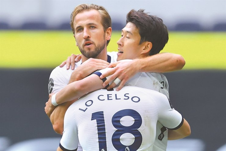 Tottenham's Harry Kane, center, celebrates with Giovanni Lo Celso, front, and Son Heung-min after scoring his side's second goal during the English Premier League football match between Tottenham Hotspur and Leicester City, at the Tottenham Hotspur Stadium in London, Sunday. / AP-Yonhap
