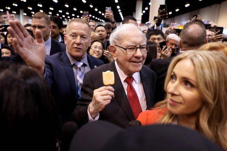 Berkshire Hathaway Chairman Warren Buffett walks through the exhibit hall as shareholders gather to hear from the billionaire investor at Berkshire Hathaway Inc's annual shareholder meeting in Omaha, Nebraska, U.S., May 4, 2019. /REUTERS