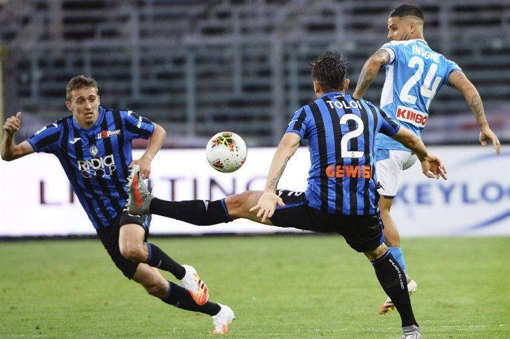 Napoli's Lorenzo Insigne, right, vies for the ball with Atalanta's Rafael Toloi, center, during a Serie A football match between Atalanta and Napoli, at Bergamo's Stadium, northern Italy, Thursday. / AP-Yonhap