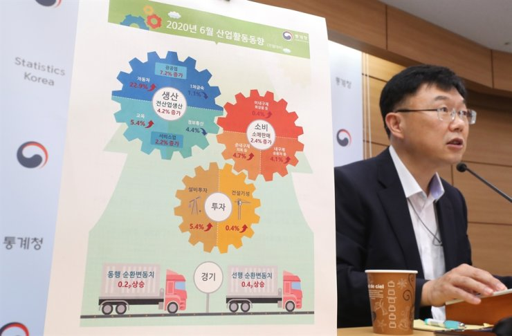 Statistics Korea official Ahn Hyung-joon speaks during a briefing at the Sejong Government Complex, Friday. Yonhap