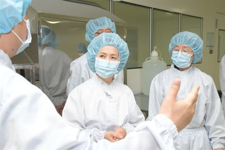 Food and Drug Safety Minister Lee Eui-kyung, second from left, checks the production of Influenza vaccine during a visit to a pharmaceutical company in South Chungcheong Province, in this June 21 photo. Yonhap