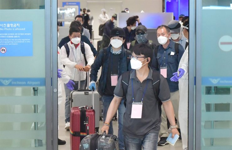 South Korean workers from Iraq, where the COVID-19 infection threat is worsening, enter an arrival gate inside Incheon International Airport, July 24. Korea Times photo by Shim Hyun-chul