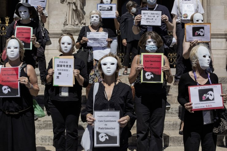 French tourist guides stage a protest regarding the impact on their sector due to the coronavirus outbreak, outside the Opera Garnier in Paris, France, Thursday. / AP-Yonhap