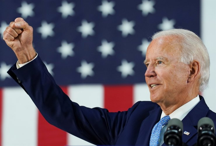 Democratic U.S. presidential candidate and former Vice President Joe Biden thrusts his fist while answering questions from reporters during a campaign event in Wilmington, Delaware, U.S., June 30, 2020. /REUTERS