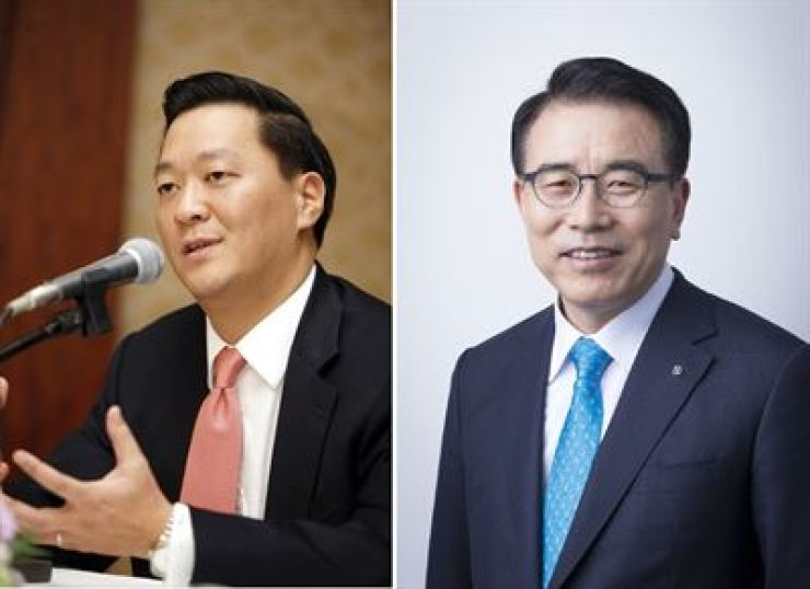 KKR Co-President Joseph Bae, left, and Shinhan Chairman Cho Yong-byoung / Korea Times file