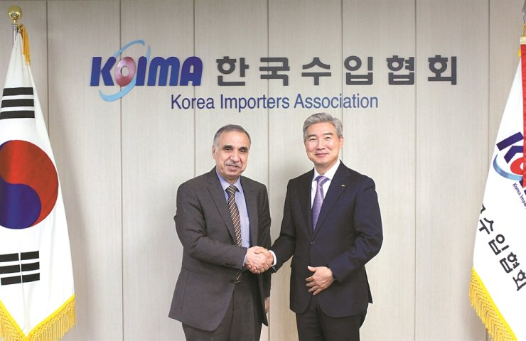 Jordanian Ambassador to Korea Adel Adaileh, left, shakes hands with Korea Importers Association (KOIMA) Chairman Hong Kwang-hee during his visit to KOIMA in Seocho-gu, southern Seoul, June 30. They discussed ways to expand bilateral trade. / Yonhap