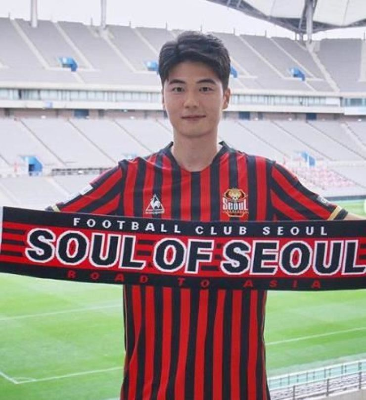 Ki Sung-yueng poses at the Seoul World Cup Stadium after signing with FC Seoul, Tuesday. His back number is 8. / Courtesy of FC Seoul
