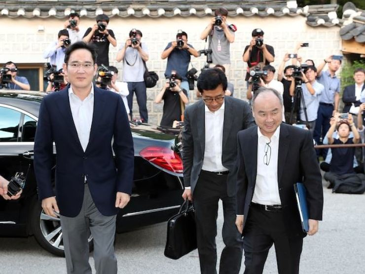 Samsung Electronics Vice Chairman Lee Jae-yong, left and SoftBank CEO Masayoshi Son, right, arrive at the Korea Furniture Museum in Seoul, in this July 4, 2019, file photo, to attend a dinner with the chiefs of Korea's conglomerates. / Korea Times file