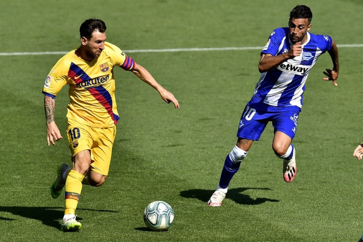 Barcelona's Lionel Messi, left, fights for the ball with Alaves' Victor Camarasa during the Spanish La Liga football match between Alaves and FC Barcelona, at Mendizorroza stadium, in Vitoria, northern Spain, Sunday. / AP-Yonhap