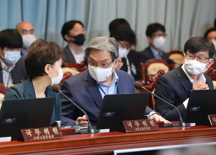 President Moon Jae-in's chief of staff Noh Young-min, center, and Land, Infrastructure and Transport Minister Kim Hyun-mee, left, are seated side by side during a Cabinet meeting at Cheong Wa Dae, Tuesday. Both figures, who are known to be the President's close confidants, have become symbols of the Moon administration's failing housing policy. Yonhap