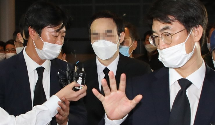 Park Ju-sin, center, the son of late Seoul Mayor Park Won-soon, arrives at Seoul National University Hospital, Saturday, as a funeral altar for his father is in place there. He returned home from the United Kingdom earlier that day to attend his father's funeral. / Yonhap