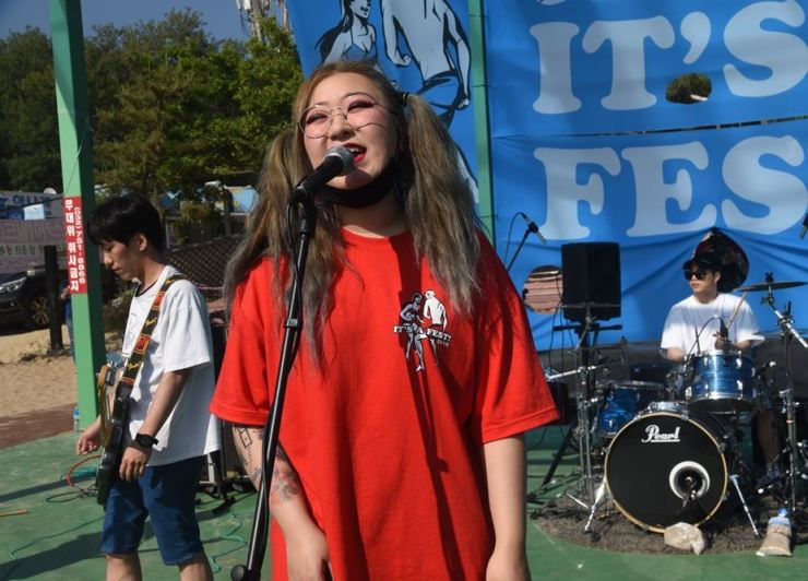 TalkBats plays at It's A Fest! at Incheon's Hanagae Beach on June 14, 2019. / Korea Times photo by Jon Dunbar