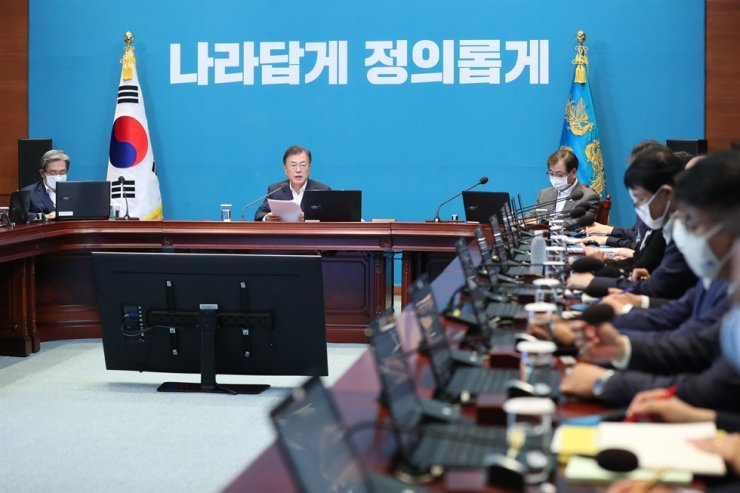 President Moon Jae-in speaks during a meeting with his secretaries at Cheong Wa Dae in Seoul, Monday. Moon decided not to lift the development ban on greenbelt zones in Seoul, after the idea was floated as an option to resolve a housing supply shortage. Yonhap