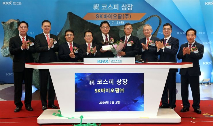 SK Biopharmaceuticals celebrates the first day of its listing on the KOSPI with a ceremony held at the headquarters of the nation's bourse operator Korea Exchange (KRX) in Seoul, Thursday morning. SK Biopharmaceuticals' CEO Cho Jeong-woo, fifth from left, and KRX CEO Jung Ji-won, fourth from left, attended the event along with other key figures of the securities sectors, including NH Investment & Securities CEO Chung Young-chae, third from right, and Korea Investment & Securities CEO Jung Il-moon, second from right. / Courtesy of Korea Exchange (KRX)