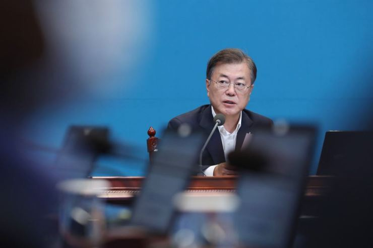 President Moon Jae-in speaks during a weekly meeting with senior aides at Cheong Wa Dae, Monday. Yonhap