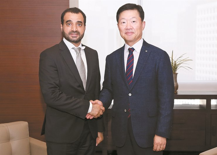 Omani Ambassador to Korea Zakariya Al Saadi, left, shakes hands with Korea Chamber of Commerce and Industry (KCCI) Vice Chairman Woo Tae-hee during his visit to the KCCI in Jung-gu, central Seoul, July 9. They discussed ways to bolster bilateral cooperation in business. / Courtesy of Embassy of Oman