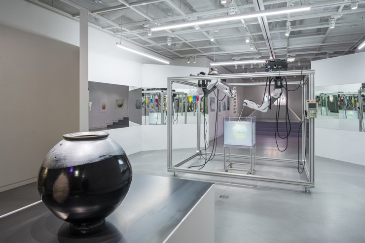 Cheon Young-hwan's experiment on making black porcelain moon jar in collaboration with artificial intelligence is on view at 'Random Diversity' exhibition at Wooran Art Scape 1 in Seongsu-dong, Seoul. Courtesy of Wooran Foundation