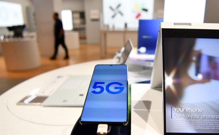 A 5G phone at a store in London, Tuesday. The British government is to exclude leading Chinese tech company Huawei from involvement in Britain's future 5G telecom networks. / EPA-Yonhap