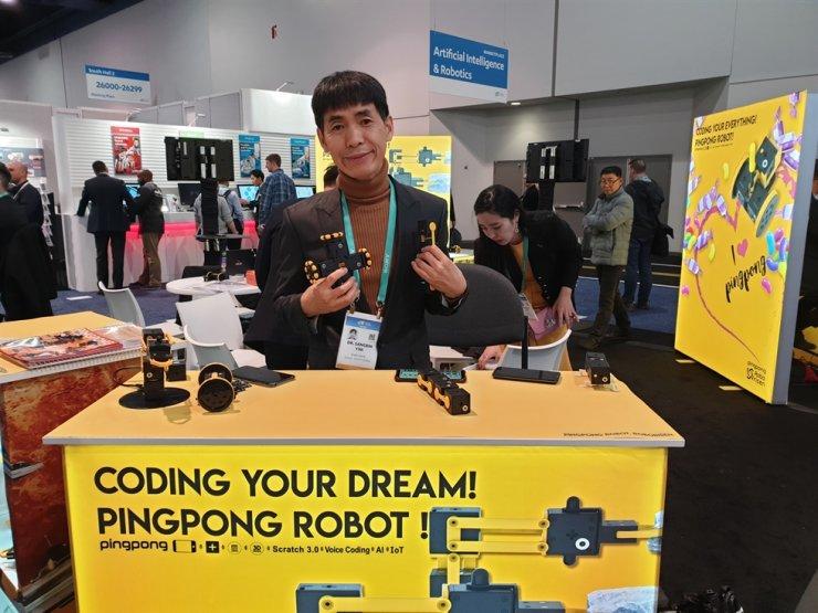 Yim Sang-bin, CEO of RoboRisen, shows off the PingPong modular robot at the Consumer Electronics Show in Las Vegas, Jan. 9. / Korea Times photo by Baek Byung-yeul