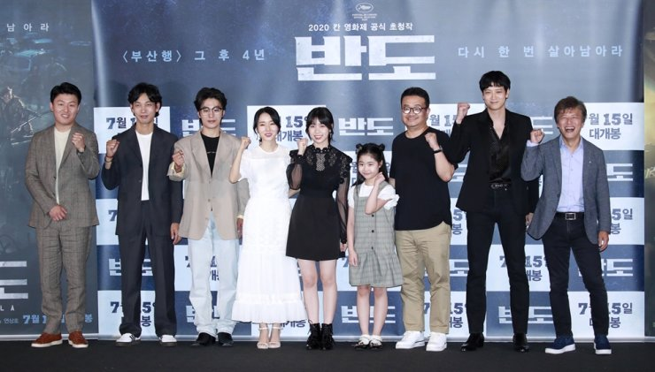 Director Yeon Sang-ho, third from right, poses with the cast of 'Peninsula' at the press conference held in Seoul, Thursday. / Korea Times file