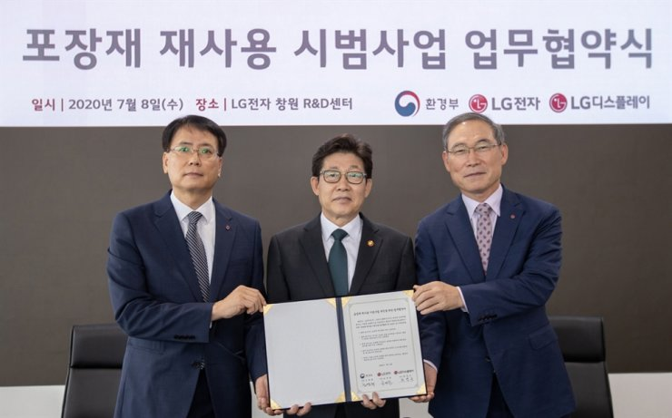 From left, Choi Yung-keun, senior vice president of the purchasing group at LG Display, Environment Minister Cho Myung-rae and Song Dae-hyun, head of LG Electronics' home appliance and air systems division pose for a picture at the LG Electronics R&D Center in Changwon South Gyeongsang Province, Wednesday, after signing a business agreement to launch a pilot project in which the LG units will reuse packaging material. / Courtesy of LG Electronics
