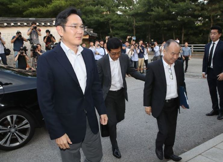 Samsung Electronics Vice Chairman Lee Jae-yong, left, and SoftBank CEO Masayoshi Son, right, arrive at the Korea Furniture Museum in Seoul, in this July 4, 2019, file photo, to attend a dinner with the leaders of Korea's conglomerates. / Yonhap