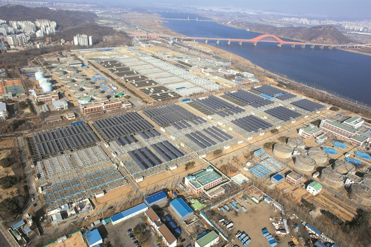 Seoul Seonam Wastewater Treatment Center located in Gangseo District, Seoul, has a solar power farm, covering part of its facilities. Two dark rows in the center are the solar panels./ Courtesy of Seoul Seonam Wastewater Treatment Center