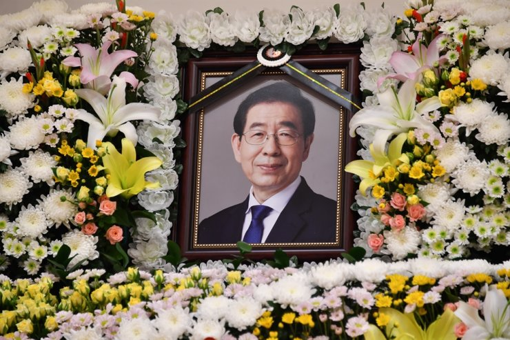 A memorial photo of Seoul Mayor Park Won-soon is seen at Seoul National University Hospital in Jongno, Seoul, Friday. Yonhap