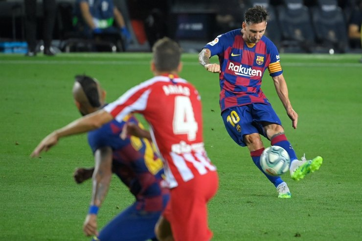 Barcelona's Argentine forward Lionel Messi kicks the ball during the Spanish League football match between FC Barcelona and Club Atletico de Madrid at the Camp Nou stadium in Barcelona, Tuesday. / AFP-Yonhap