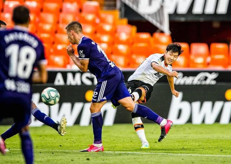 Valencia's South Korean midfielder Lee Kang-in, right, scores a game-winning goal against Valladolid at the Estadio de Mestalla in Valencia, Spain, Tuesday. / Courtesy of Valencia CF